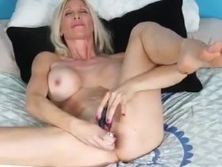 Cougar bionda si masturba con i bang-out playthings
