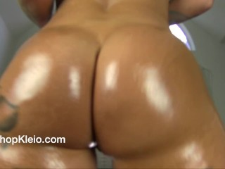 See my oilled up large culo jiggle and jiggle