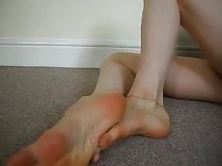 Cougar showcases off her lengthy beautiful soles and appetizing toes