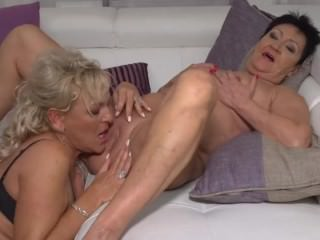 Matured lesbians Karina together with Malinde wearing down eachothers pussy