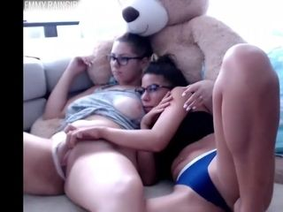 Steaming sisters fap on bed