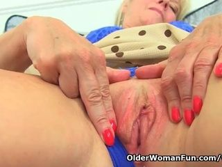 UK cougar Sapphire Louise gives her fanny a superb finger smash