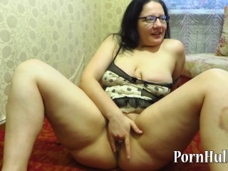 Russian grown up milf, masturbates togetthe brush with shows the brush horde