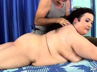 Amok Masseur Rubs BBW's host together with Cunt