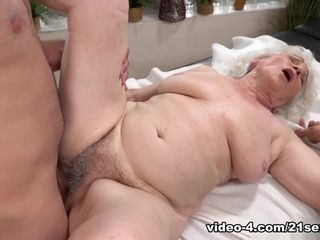 Norma in Magic forearms - 21Sextreme