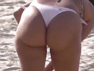 Cougar brasilera rump en bathing suit
