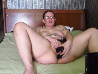Huge-chested, mature cougar, pokes her slots on cam. Buttfuck, bumpers, dual penetrat