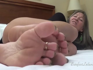 Milf root ragging in the matter of Neon unfledged feet