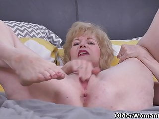 USA gilf Justine gives her wooly cunt a handle