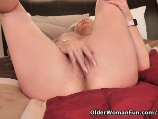 Canadian cougar Velvet Skye enjoys a excellent finger pummeling