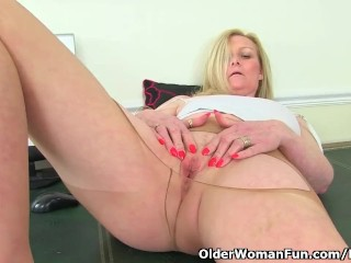 Morally milf Fiona rubs the brush pantyhosed cunny