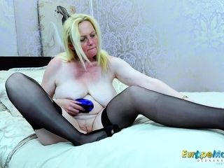 EuropeMaturE light-haired Suzie Solo playthings getting off