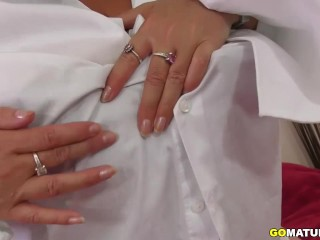 Plumper mature finger-banging herself