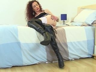 Uk cougar Scarlet nails Her Fanny With A fuck stick