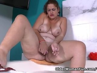 Latina plumper cougar Sandra needs to get off in bathtub