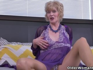 USA gilf Justine gives her unshaved cunny a handle